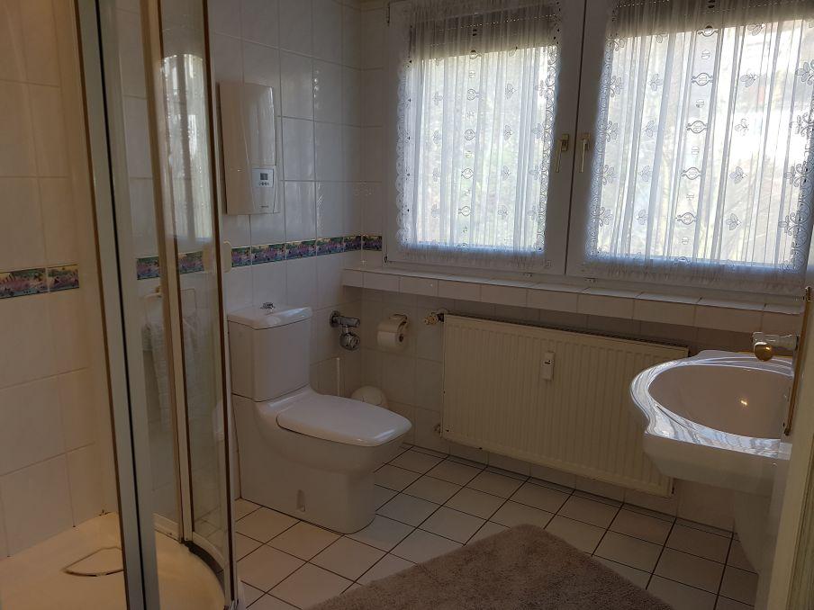 Bad mit Eckdusche und WC